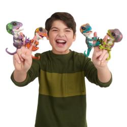 enfant jouant avec des fingerlings dinosaures