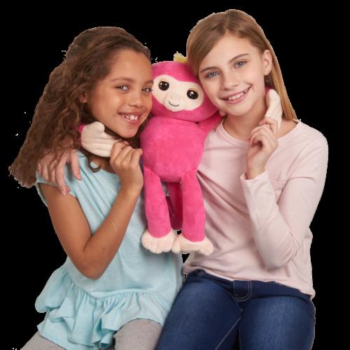 2 jeunes filles avec une peluche fingerlings rose
